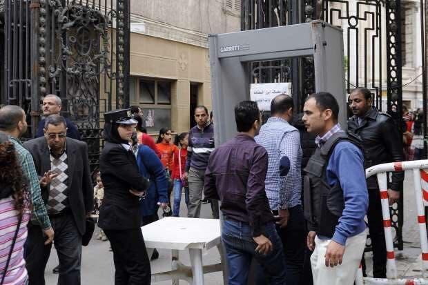 آخر صورة التقطت لأمينة أثناء وقوفها أمام بوابة الكنيسة