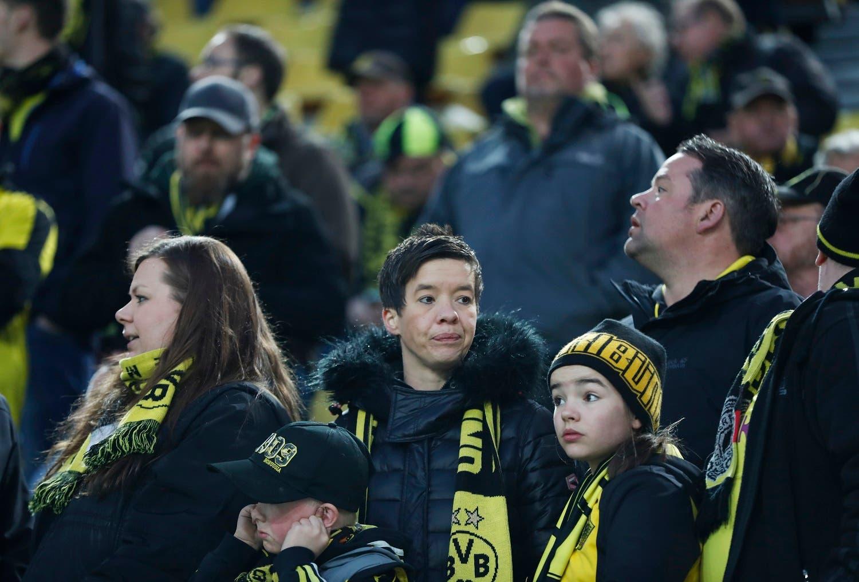 هواداران تیم بروسیا دورتموند که در استادیوم حاضر شده بودند، از تعویق بازی شگفت زده هستند
