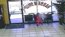 بالفيديو.. طفلة تنجو بمعجزة من رصاصة كادت تخترق رأسها