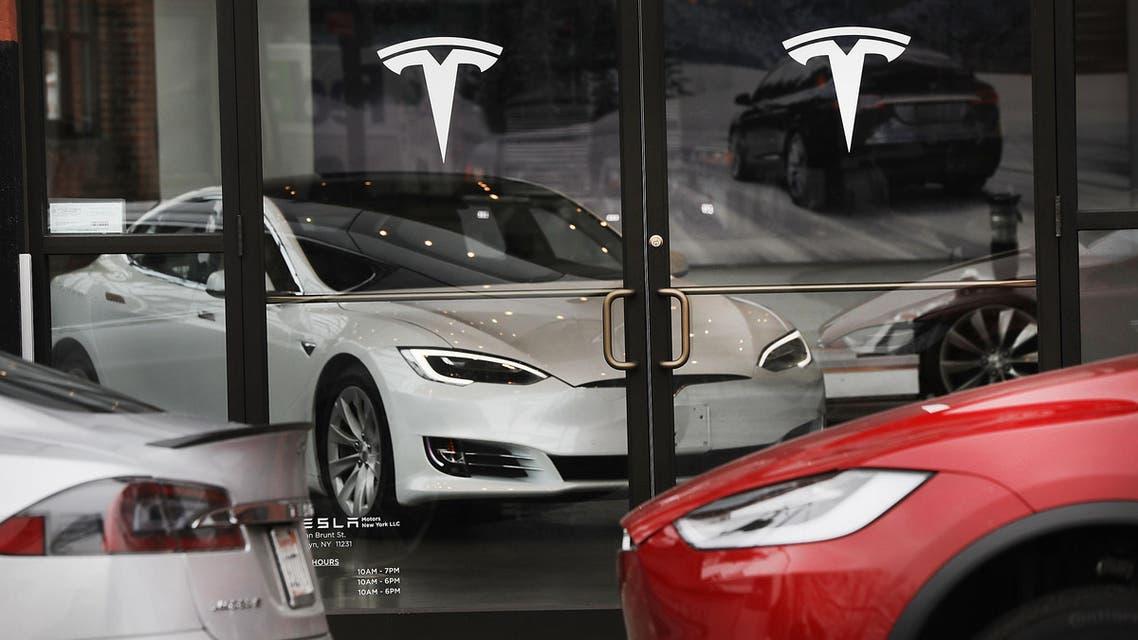 سيارات تيسلا الكهربائية في صالة عرض