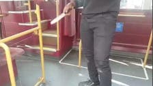 شاهد.. كيف قاوم رجل هجوما بالسكين داخل حافلة لندنية