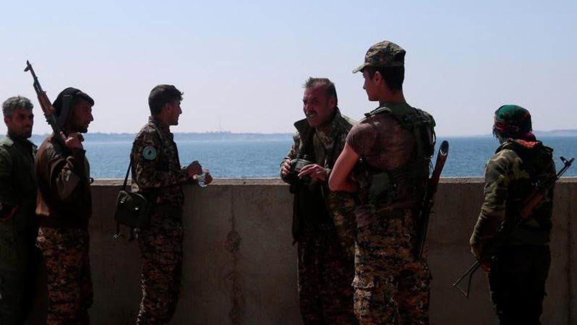 مقاتلون من قوات سوريا الديمقراطية عند سد الطبقة في صورة بتاريخ 28 مارس اذار 2017