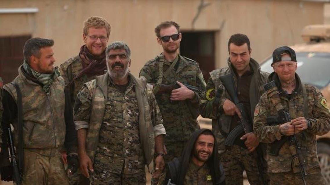 أفراد بقوات سوريا الديمقراطية داخل مطار عسكري بالطبقة غربي الرقة يوم 9 ابريل نيسان 2017