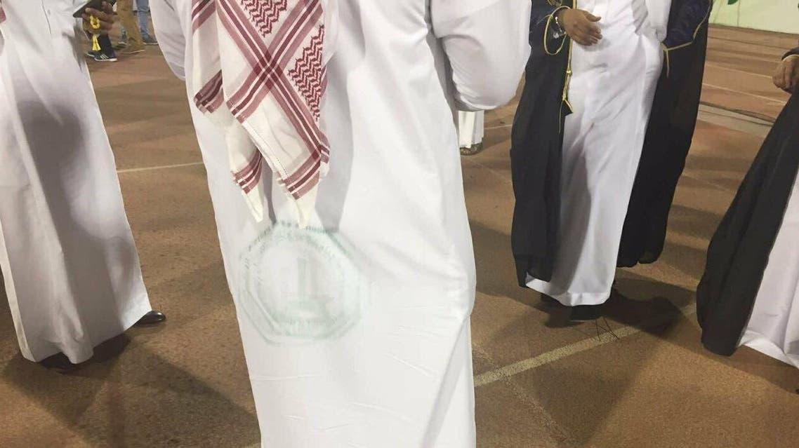 جامعة على ملابس حضور حفل التخرج
