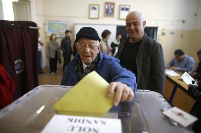 رجل يدلي بصوته في استفتاء تركيا حول تعديل الدستور