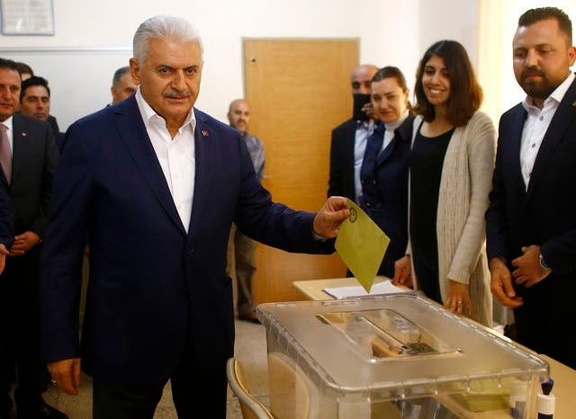 بن علی یلدریم نخستوزیر ترکیه رای خود را به صندوق میریزد