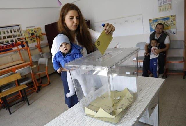 سيدة تدلي بصوتها في استفتاء تركيا حول تعديل الدستور