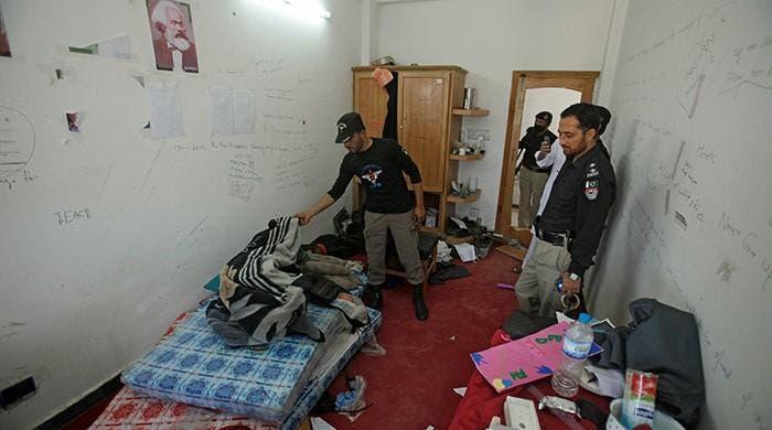 الشرطة تفحص غرفة الطالب الضحية