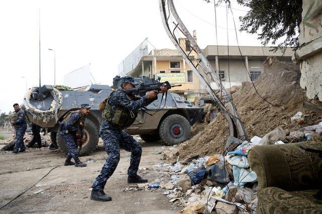 قوات من الشرطة العراقية تقاتل داعش في غرب الموصل