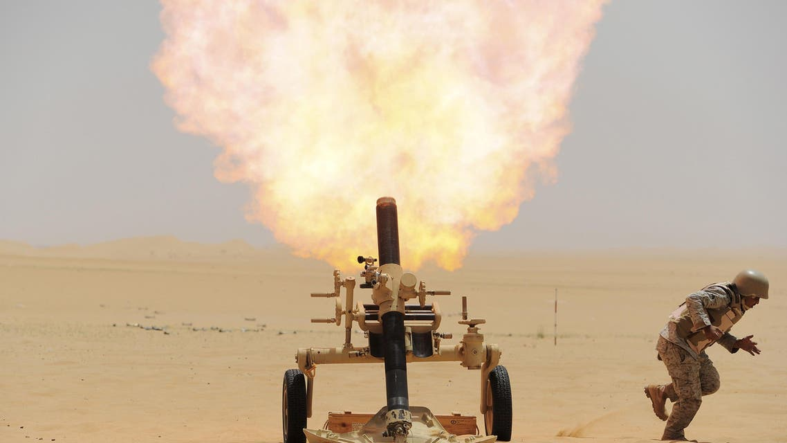 A Saudi soldier fires a mortar towards Houthi movement position, at the Saudi border with Yemen April 21, 2015. (Reuters)