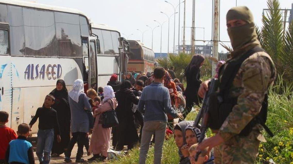 حافلات تنتظر لنقل سكان من قريتي الفوعة وكفريا في إدلب (أرشيفية)