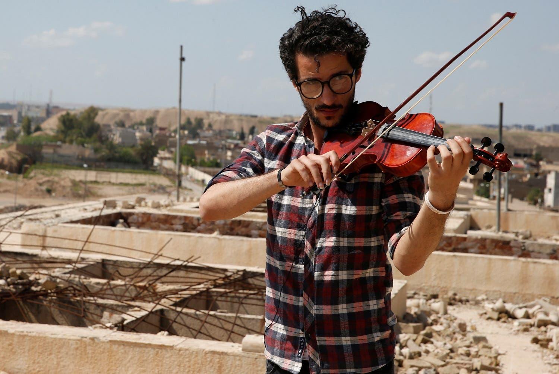Ameen Mukdad plays violin at Nabi Yunus shrine in eastern Mosul, Iraq, April 19, 2017. (Reuters)