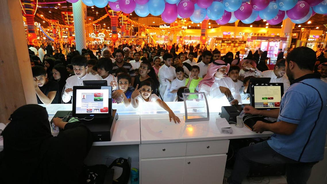 """Saudis queue to purchase tickets at the indoor snow theme park """"Snow City"""" in the Al-Othaim Mall Rabwa in Riyadh on July 20, 2016. (AFP)"""