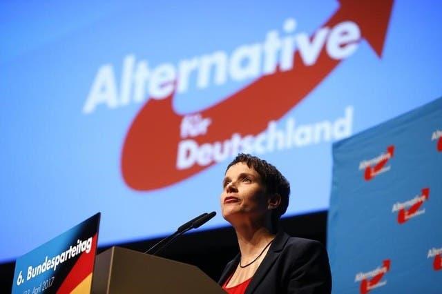 فراوكه بيتري الزعيمة المشاركة لحزب البديل من أجل ألمانيا تتحدث خلال مؤتمر بكولونيا
