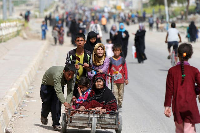نازحون من حرب غرب الموصل بين القوات العراقية وداعش