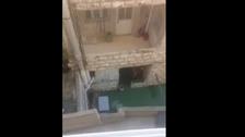 فيديو مؤلم.. طفلة تبكي وتتوسل مطرودة خارج الحضانة