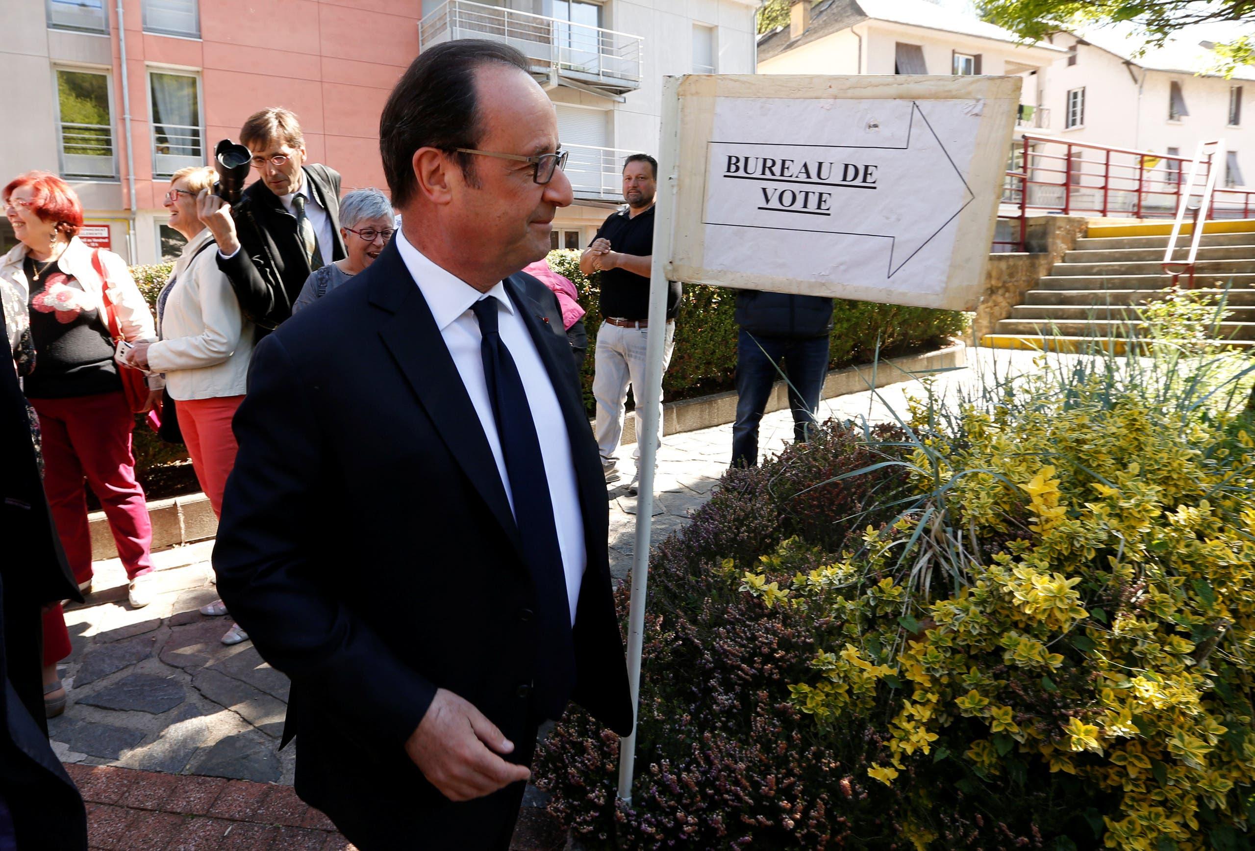 الرئيس الفرنسي يدلي بصوته