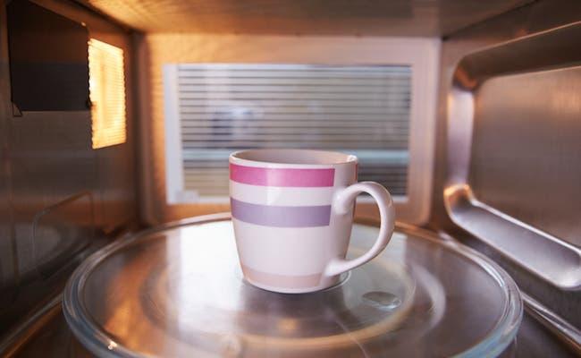 إعداد الشاي في فرن الميكروويف