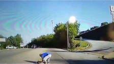 فيديو مروع.. سقوط طفلة من حافلة المدرسة
