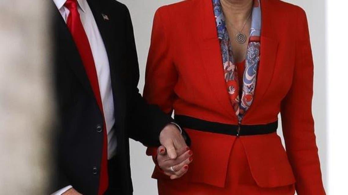 ترمب ممسكا بيد ماي خلال اجتماعهما السابق في البيت الأبيض