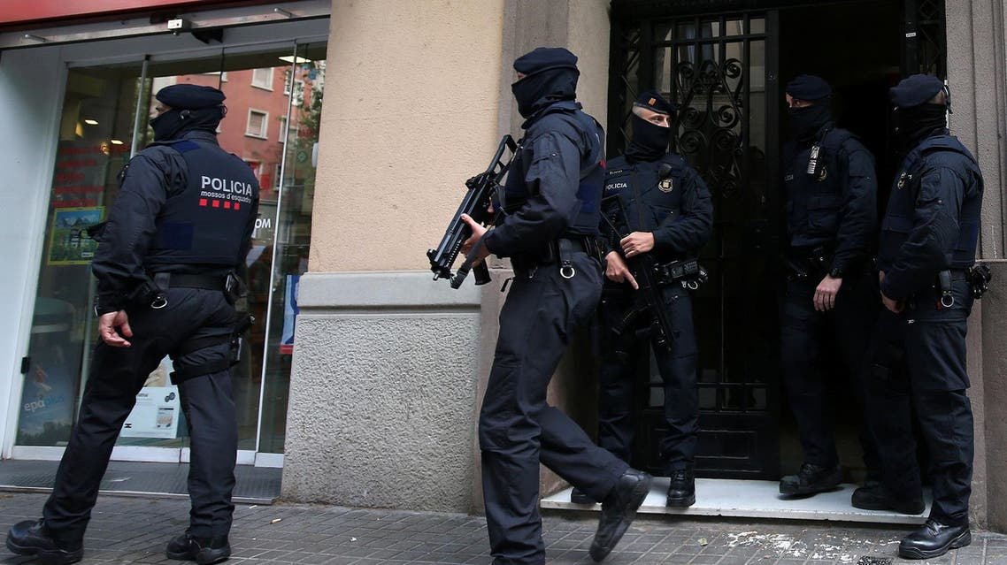 Spanish police stand guard outside an apartment building during a sweeping operation at some 12 locations against extremist militants, in which eight people were arrested in Spain, April 25, 2017. (Reuters)