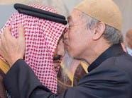 هذه رسالة الشيخ الماليزي الذي قبّل رأس الملك سلمان
