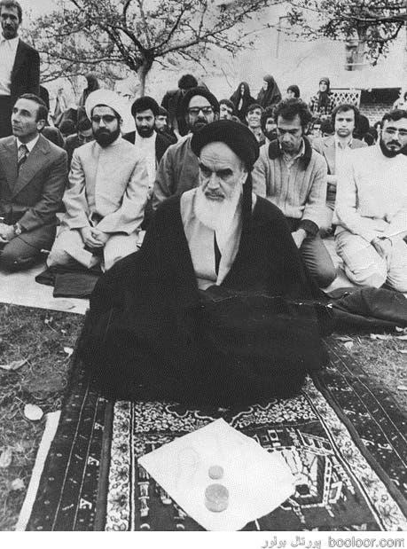 حسن روحانی یصلی خلف خمینی فی باریس