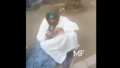 بالفيديو.. مغربي يلقي بوالدته المسنة في الشارع