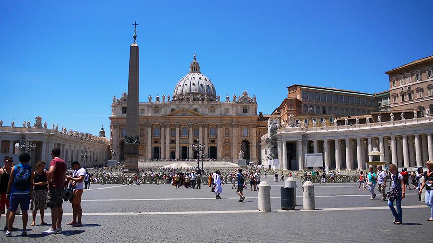 من الاسكندرية حملتها سفينة تم بناؤها خصيصاً لتقلها إلى روما، ومنها فيما بعد إلى الفاتيكان