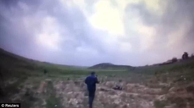 ضابط عراقي يقترب من الداعشي الانتحاري