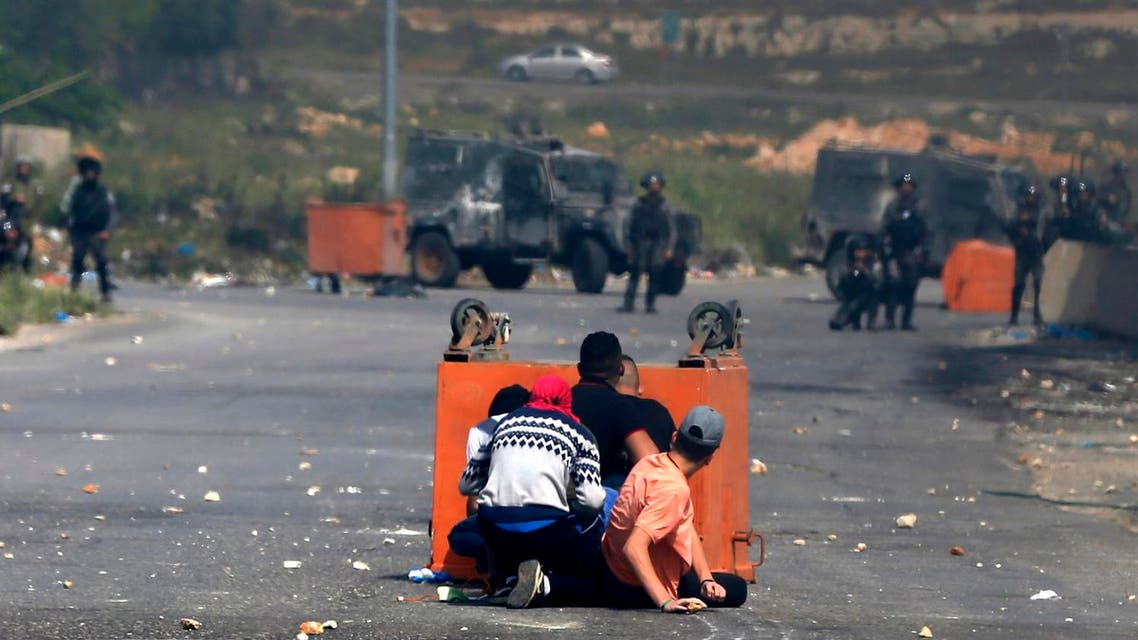 Palestinian protesters clash with Israeli security forces following a protest in support of Palestinian prisoners on hunger strike in Israeli jails, near the Jewish settlement of Beit El, north of the West Bank city of Ramallah April 27, 2017. (AFP)
