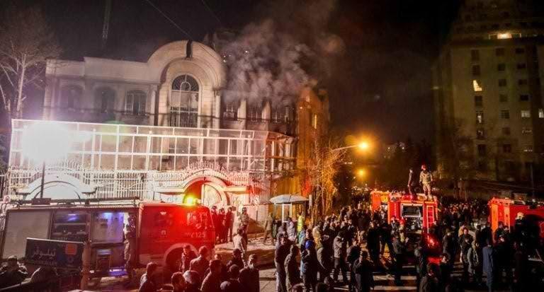مشهد من اقتحام وحرق السفارة السعودية في طهران