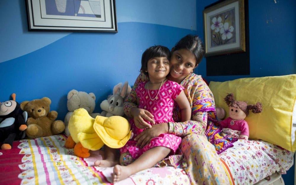 الطفلة شويتي خاتون مع والدتها