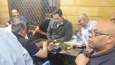 """شاهد.. نجل مبارك يلعب """"الطاولة"""" بمقهى شعبي في إمبابة"""