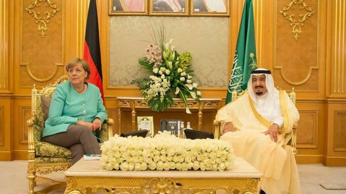 الملك سلمان يجتمع مع ميركل