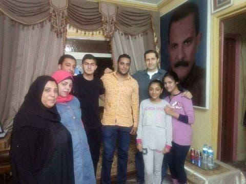 علاء مبارك مع نجله عمر (يرتدي تي شيرت أسود) وعائلة سائقه الخاص