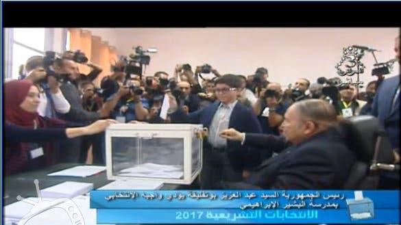 الرئيس الجزائري عبد العزيز بوتفليقة يدلي بصوته في الانتخابات التشريعية