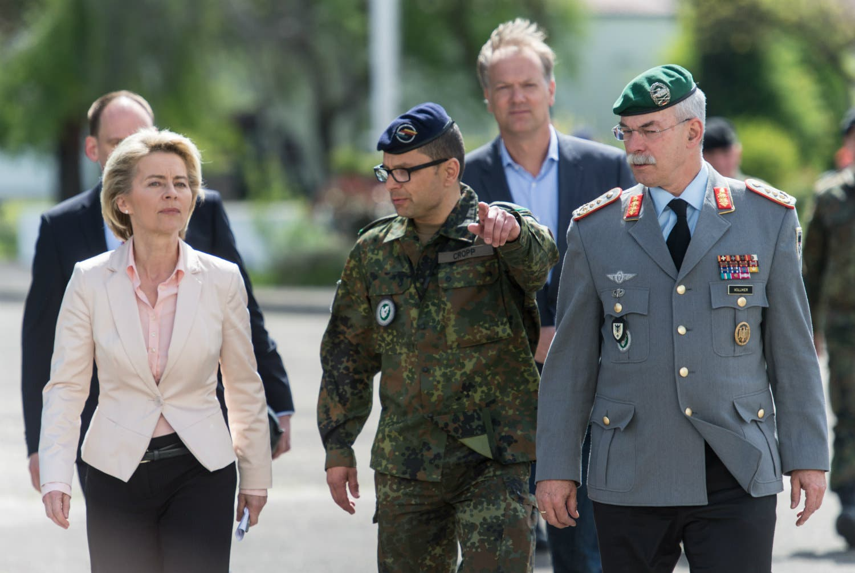 وزيرة الدفاع الألمانية في طريقها لزيارة الوحدة التي كان ينتسب إليها الجندي المتطرف