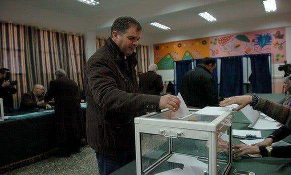 رجل يدلي بصوته  في الانتخابات البرلمانية الجزائرية