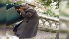 سيدة سورية تأكل من القمامة بالقرب من قصر الأسد في دمشق