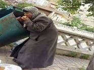 بالقرب من قصر الأسد.. سيدة سورية تأكل من القمامة!