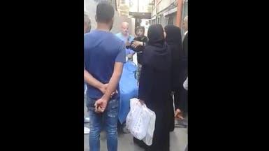 بالفيديو.. مأساة وشجار فوق جثة لاجئة سورية في لبنان