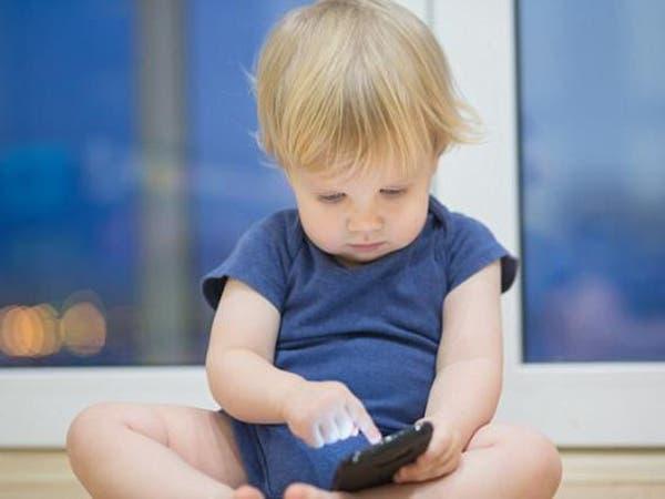 هذا ما يسببه الهاتف الذكي للأطفال والرضع