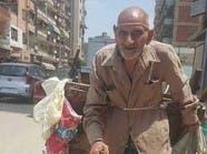 صور.. تكريم مسن مصري يعمل بمهنة شاقة رغم مرضه