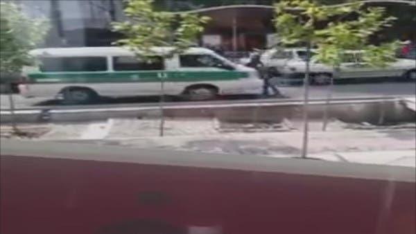 شاهد.. الشرطة الإيرانية تعاقب مراهقة تلعب بمسدس ماء