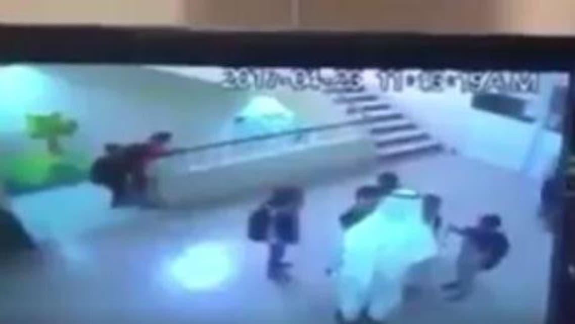 لحظة سقوط طفل في مدرسة في المدينة المنورة