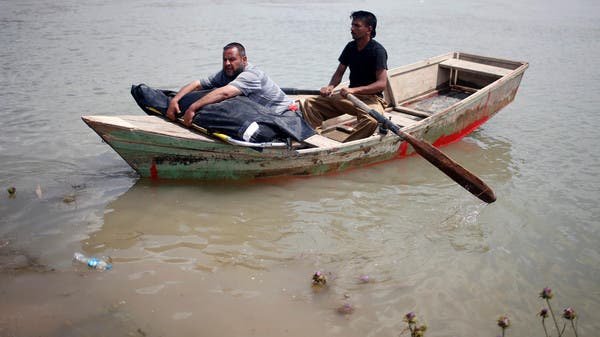 فيضان دجلة يجبر سكان الموصل على الفرار في قوارب متهالكة