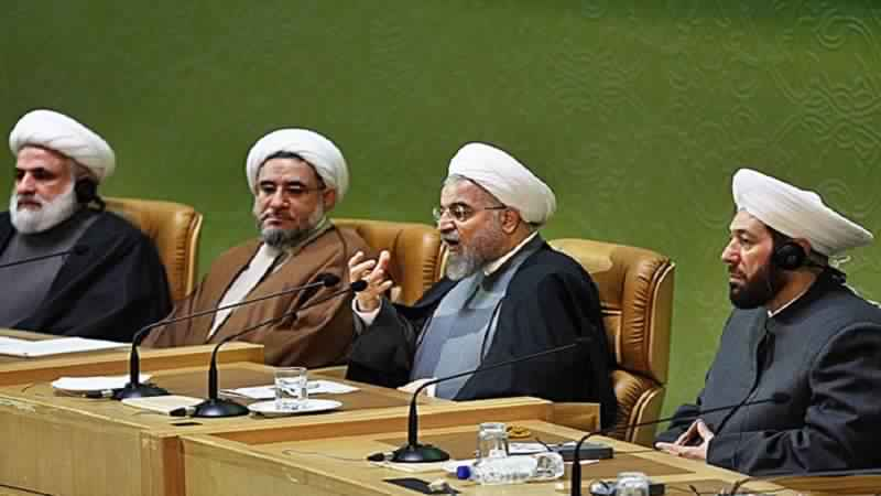مفتي الأسد مصغياً لكلام الرئيس الإيراني المنقول إليه عبر الترجمة من الفارسية إلى العربية