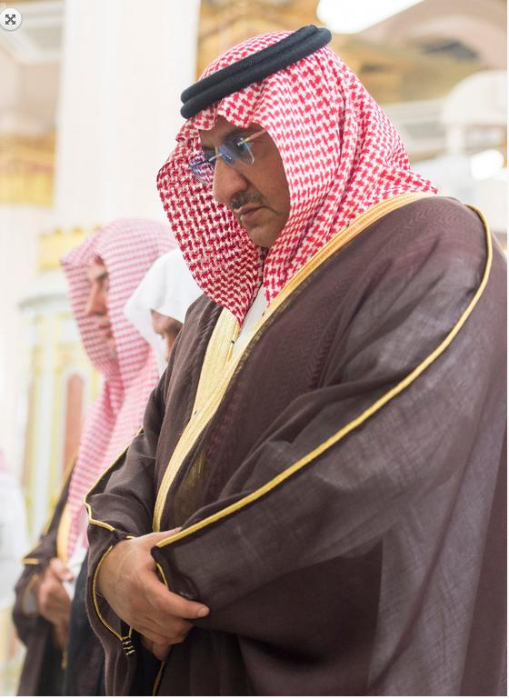 الأمير محمد بن نايف يصلي في المسجد النبوي الشريف