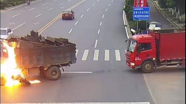 فيديو مروع.. سائق دراجة نارية ينجو من الموت بأعجوبة